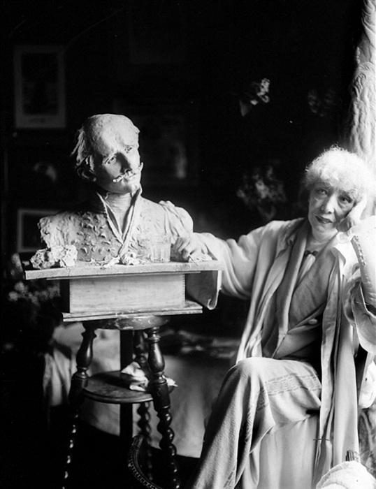 Сара Бернар с бюстом Эдмона Ростана, созданном актрисой в 1900 году. Фото 1922 года.