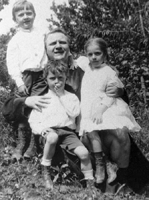 Федор Шаляпин с детьми. 1918 год.