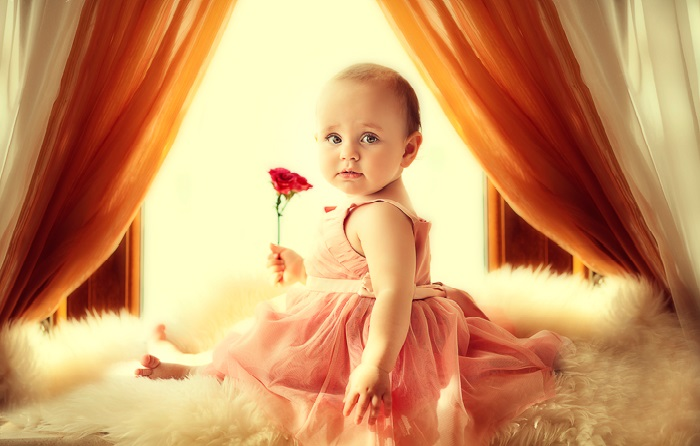 Малышка с цветком. Фотограф: Елена Карнеева. | Фото: karneeva.ru.
