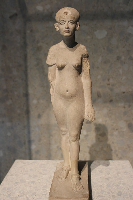 Статуя царицы Нефертити.