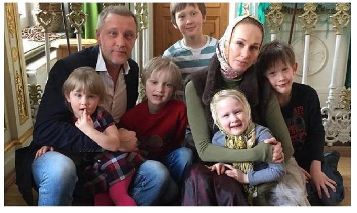 Сергей Горобченко и Полина Невзорова со старшими детьми.