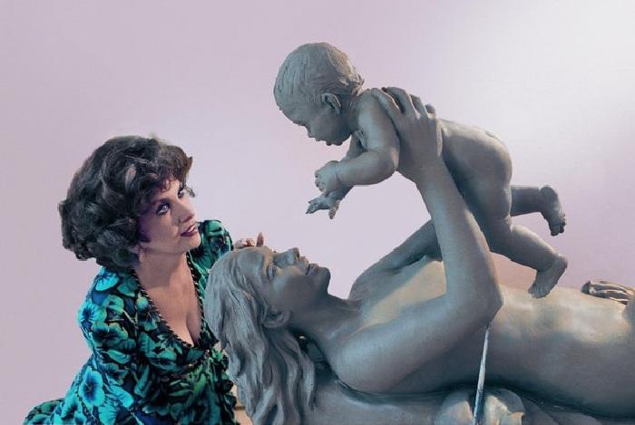 Джина Лоллобриджида  и ее скульптура. ¦ Фото: livejournal.com