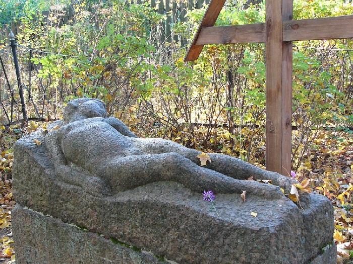 Памятник на могиле В. Э. Борисова-Мусатова