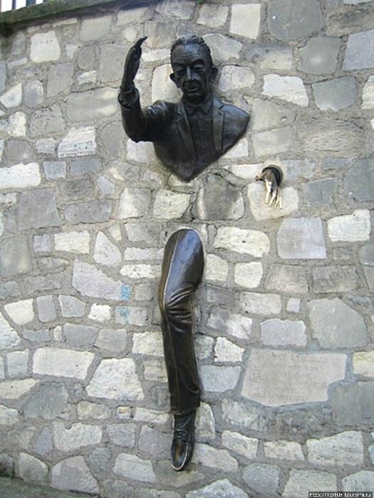 «Человек, проходящий сквозь стену».
