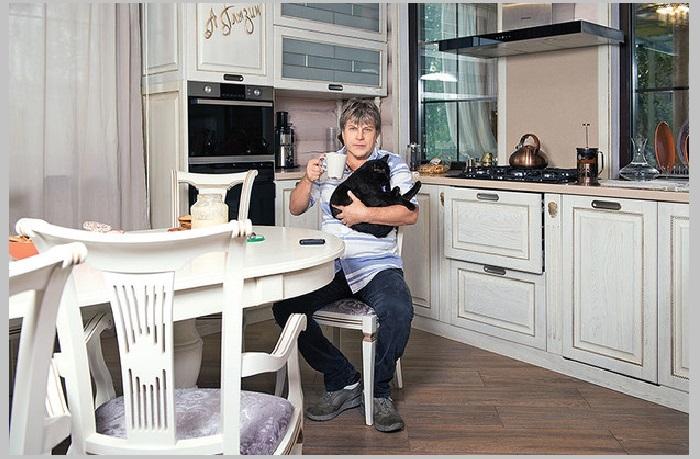 Алексей Глызин на кухне собственной дачи.