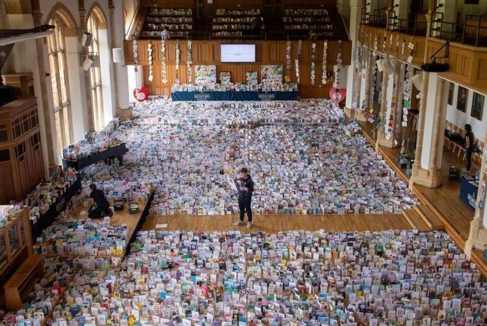 Помещение школы, где были расставлены поздравительные открытки для юбиляра. | Фото: bbc.com.