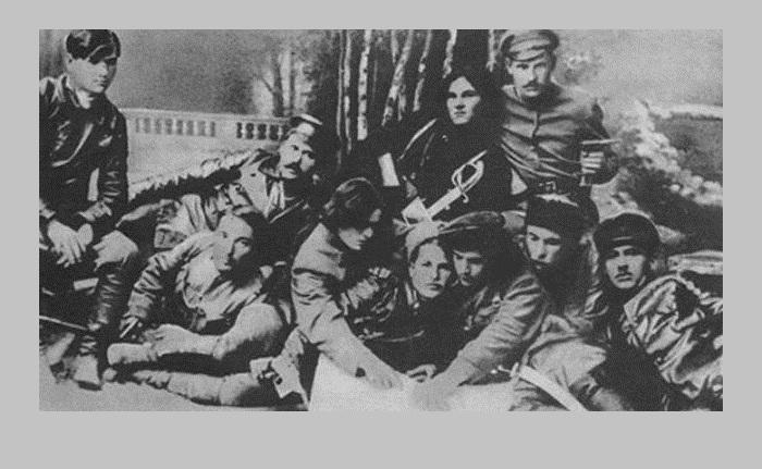Нестор Махно в окружении своих побратимов.
