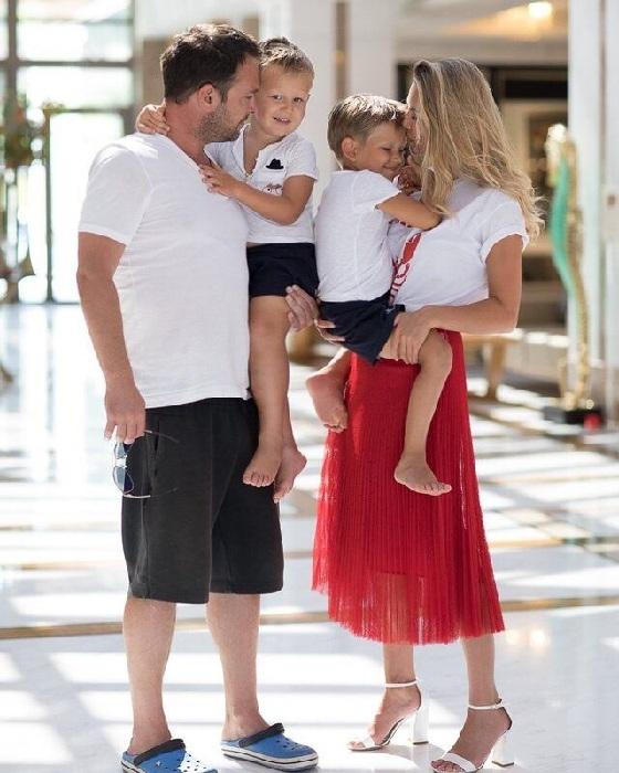 Евгений и Мария с детьми.