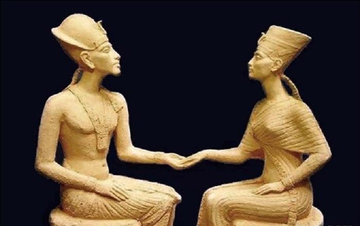 Аменхотепом IV и Нефертити.