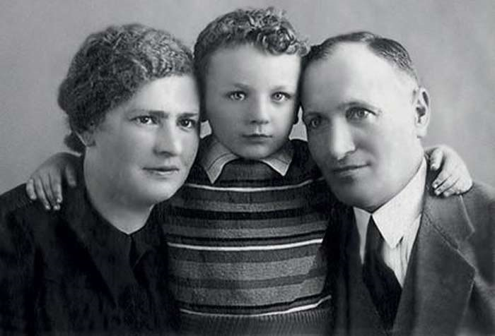 Миша Жванецкий с родителями.