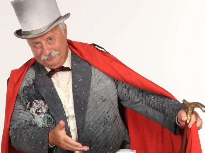 Леонид Якубович - телеведущий, продюсер, актер и сценарист, ведущий развлекательной передачи «Поле чудес», народный артист РФ.