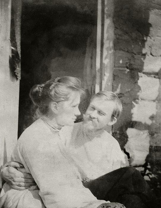 На крыльце в «камере» на солнышке. Усадьба Павловское. ( август 1903 год). Неизвестный автор.