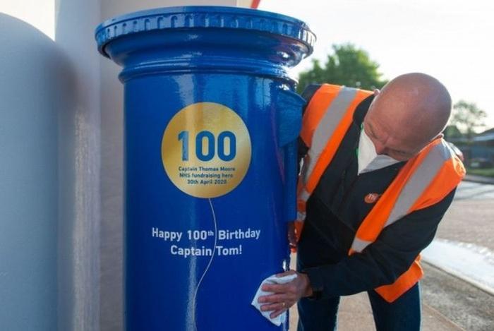 Именной почтовый ящик для Тома Мура. | Фото: bbc.com/