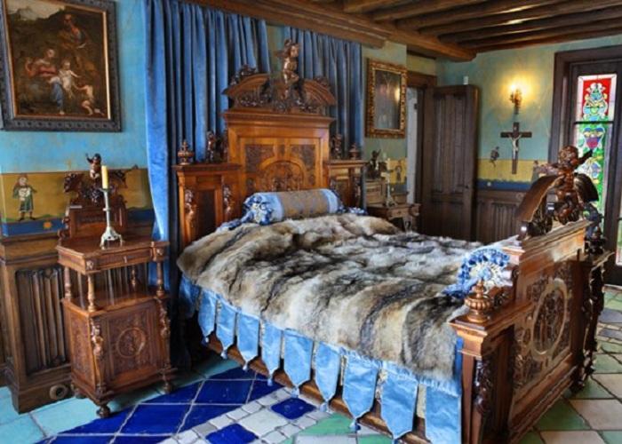 Квартира Никаса Сафронова: кровать королевы Франции Марии-Антуанетты, которая спала на ней в юные годы.