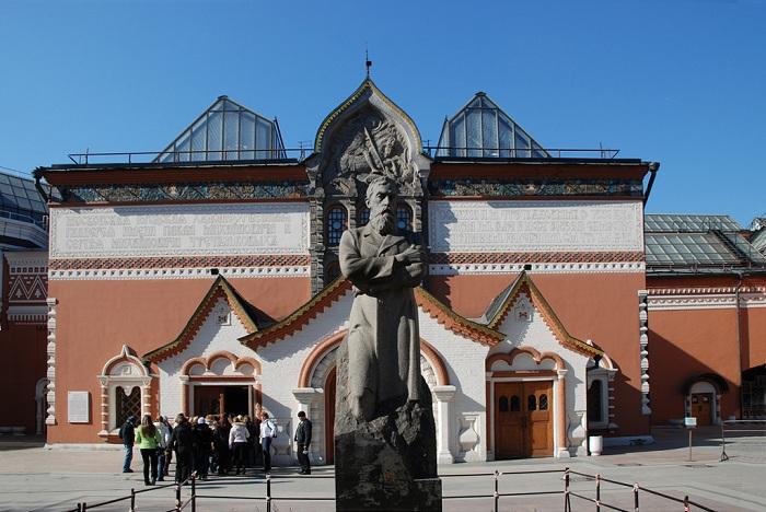 Третьяковская галерея в Москве. Памятник Третьякову работы А.П. Кибальникова