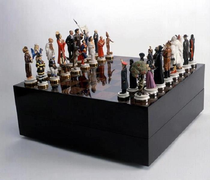 Шахматы. Добро против зла. (2003). Автор: Маурицио Каттелан.