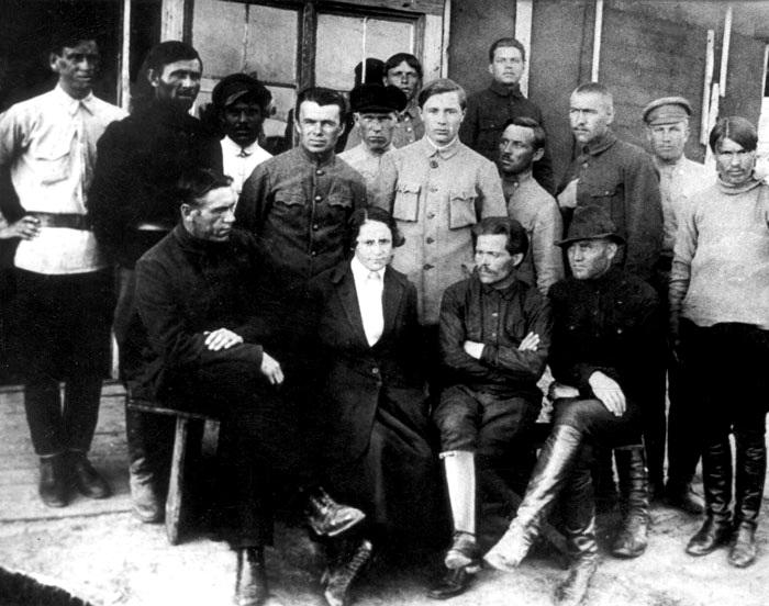 Нестор Махно и Галина Кузьменко с ближайшими соратниками-анархистами.