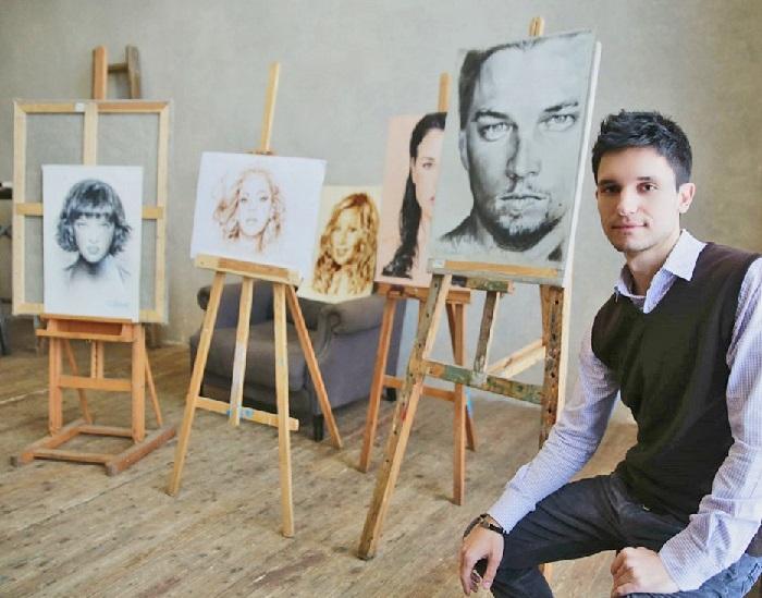 Павел Бондар в своей мастерской.