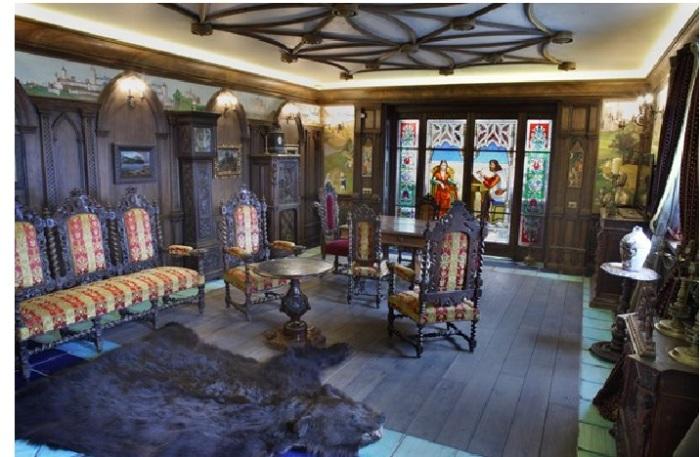 Квартира Никаса Сафронова: резная мебель,приобретенная в разные годы на аукционах Европы.