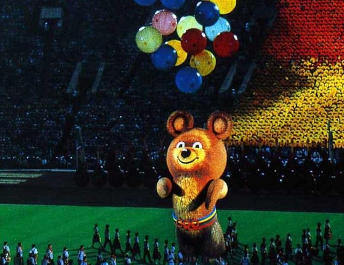 Резиновый 8-ми метровый медвежонок Миша на стадионе Олимпийского в Лужниках.