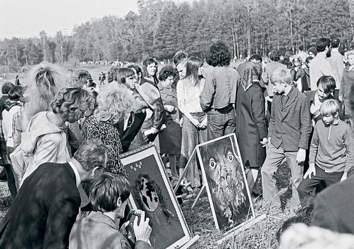 Выставка картин организованная на пустыре под Беляево московскими художниками-авангардистами.