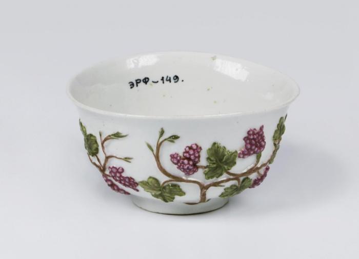 Чаша с виноградной лозой. Мастер Д.И. Виноградов. 1749 г.