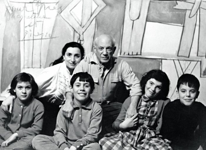 Пикассо с детьми и внуками.