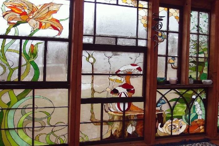 Природные элементы, органично вписанные в композицию сказочных витражей.¦ Фото: mymodernmet.com