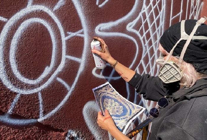 Польская художница НеСпун за работой. | Фото: artmossphere.ru.