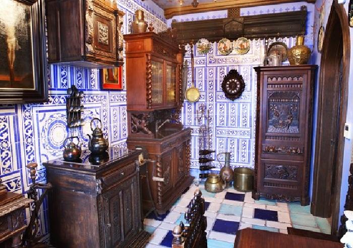 Квартира Никаса Сафронова: кухня в готическом стиле, собранная с аукционов Европы. Плитка пола датируется началом XVII века.
