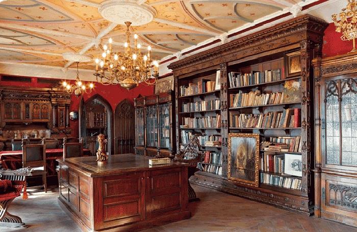 Квартира Никаса Сафронова: библиотека - самая большая комната в доме.
