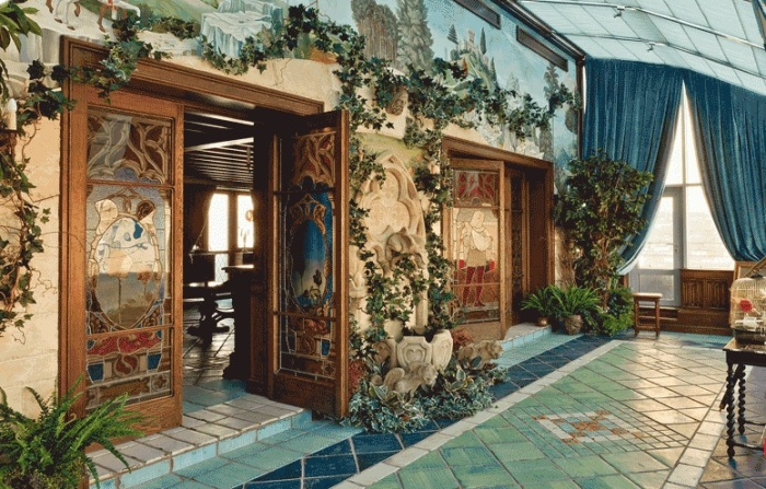 Квартира Никаса Сафронова: стеклянные витражные двери в зимний сад.