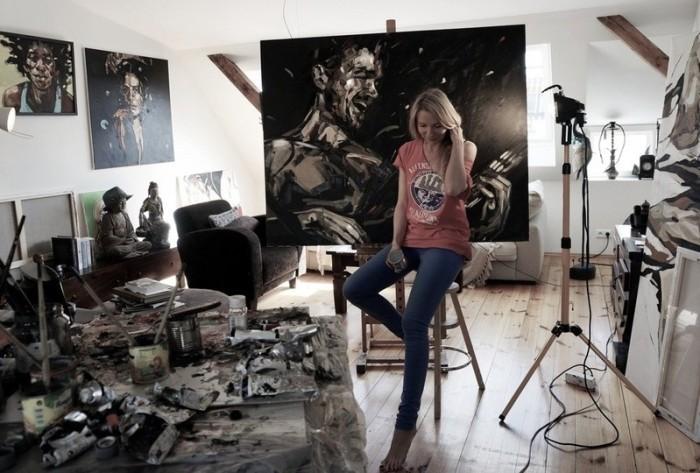 Anna Bocek в персональной студии.