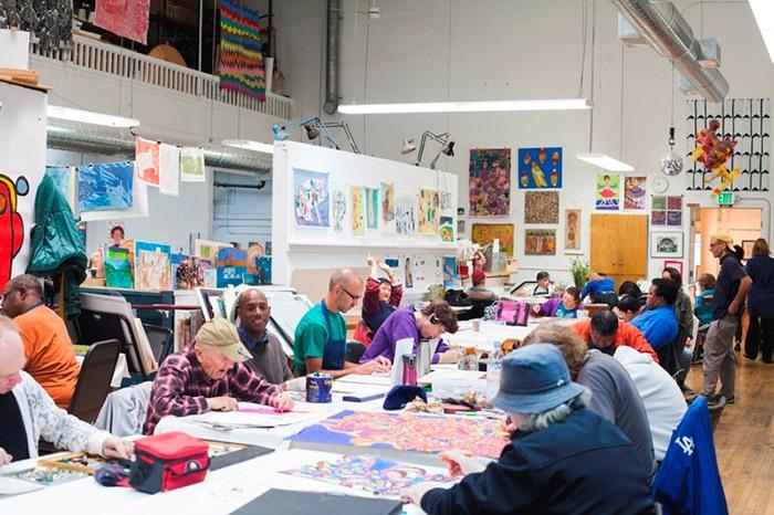 Арт-терапия в центре-студииCreativityExplored в Сан-Франциско (Калифорния, США).