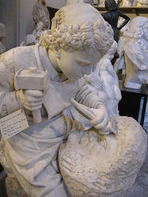 Юный Микеланджело высекает «Голову фавна». Автор: Чезаре Дзоччи