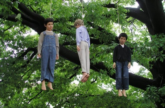 Повешенные дети. Автор: Маурицио Каттелан.