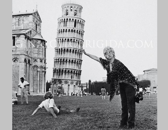 Джина Лоллобриджида поддерживает Пизанскую башню. ¦ Фото: ginalollobrigida.com