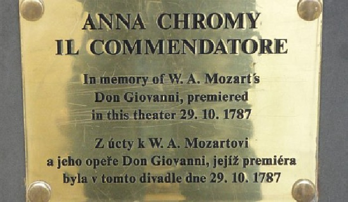 Табличка на постаменте «Плаща Совести» - «Командор». (2000). Автор: Анна  Хроми.  ¦  Фото: colors.life