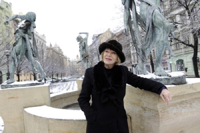 Скульптор Анна Хроми возле фонтана «Чешские музыканты». ¦ Фото: livejournal.com.