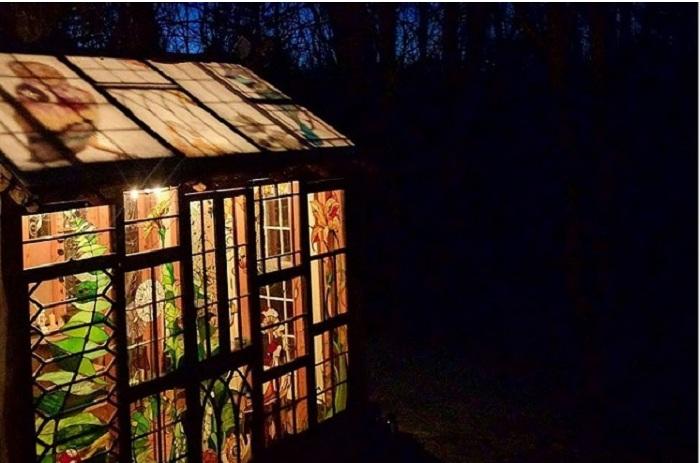 Внутренняя подсветка в ночное время делает домик совершенно сказочным.¦ Фото: http://designyoutrust.com