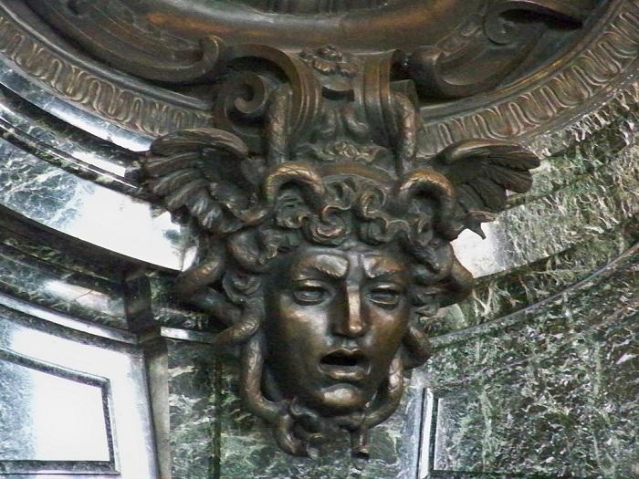 Голова Медузы-горгоны в архитектурном ансамбле.