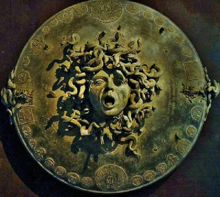 Голова Медузы- горгоны на эгиде.