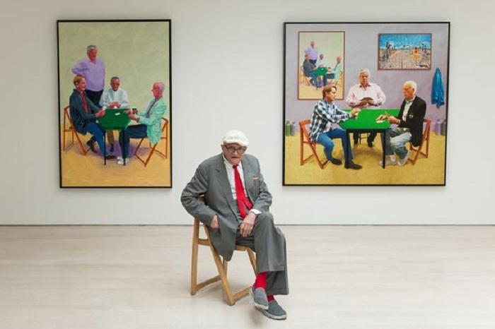 Дэвид Хокни в галерее среди своих работ.