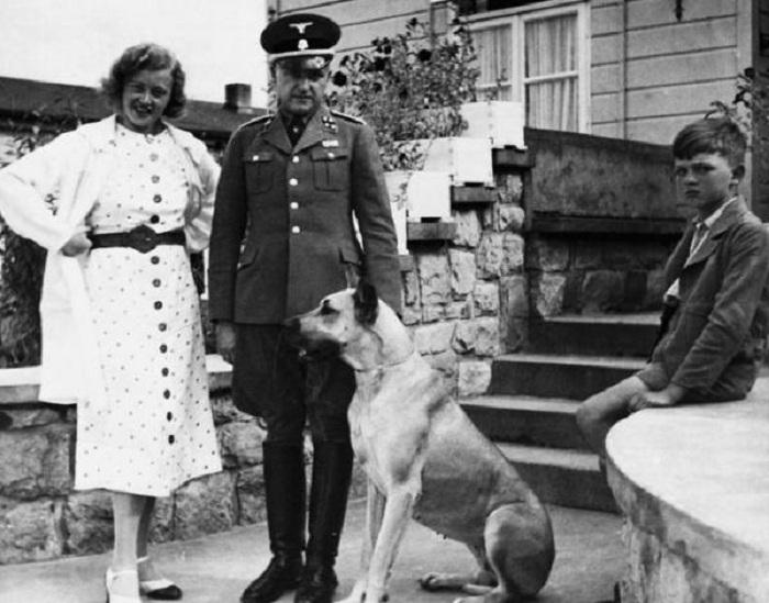 Эльза Кох с семьей.