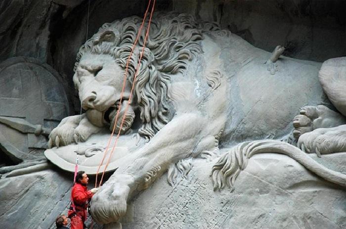 Умирающий лев - масштабная скульптурная композиция. Фрагмент. ¦ Фото: сult-turist.ru.