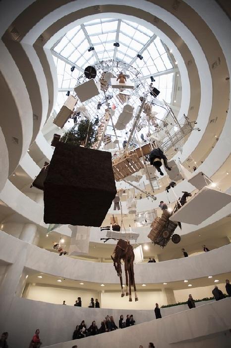 Выставка всех 128 работ автора в музее Соломона Гугенхейма в Нью-Йорке. Автор: Маурицио Каттелан.