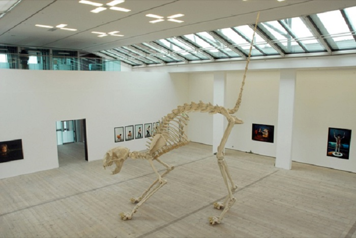 Кошачий скелет. Автор: Маурицио Каттелан.