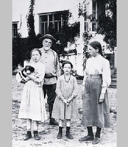 В.Д.Поленов с дочерьми.