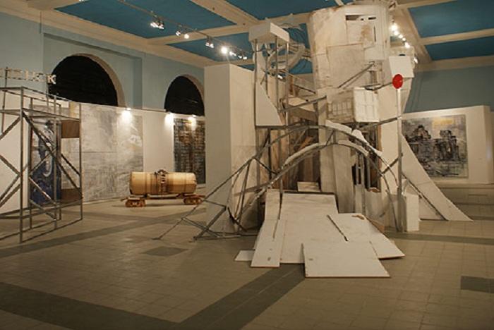 Композиционное обустройство выставок Валерия Кошлякова.