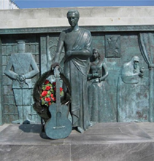 В.Высоцкий. Мемориальная композиция. г.Самара (2008).  Скульптор: М.Шемякин.